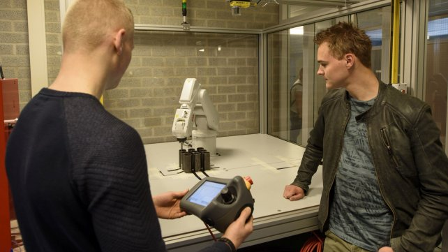 Studenten Tech College bij Robot