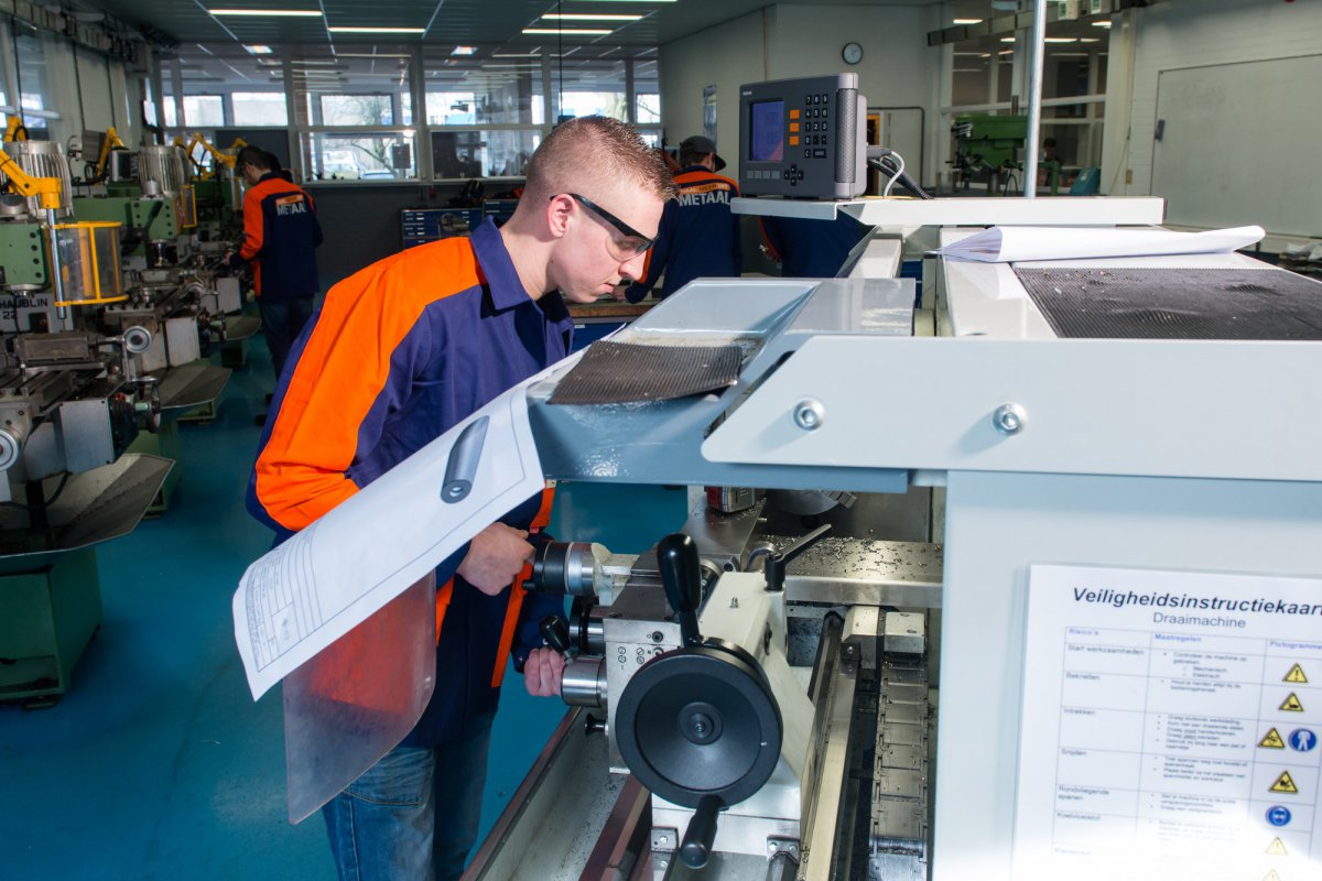 Student aan machine